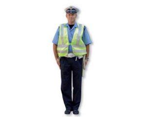 policajac spustene ruke okrenut grudima